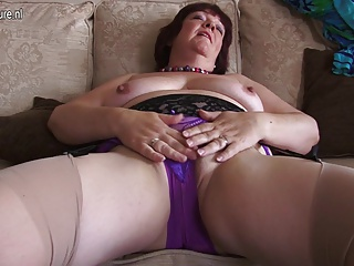 Amateur mature mom has a deep hole