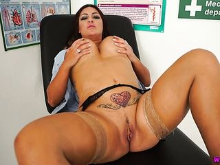 Jaw-dropping bootylicious nurse Roxy R plays with her immense moist labia