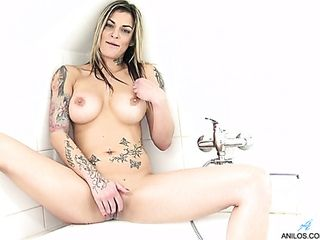 Ideal humungous boobed Klarisa Leone is all alone and she faps in the bathroom