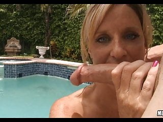 Pool mommy gets a handle