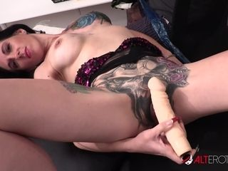 Huge-titted Marie Bossette jerks while getting a tat