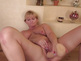 Mature wifey and mother Alyona feeding her awesome coochie