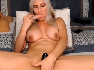 Sexy cougar plumbing her sexy snatch with her playthings